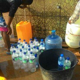 Portar l'aigua a un barri de Bata (Guinea Equatorial)